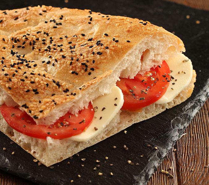 Türkischer Fladen mit Tomaten/Mozzarella
