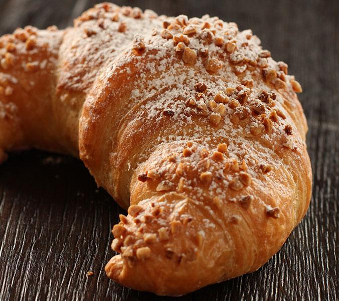 Croissant mit Nuss-Nougatcreme gefüllt